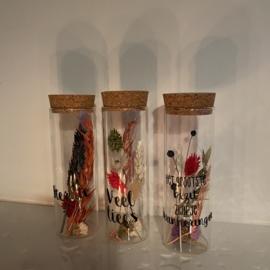 Droogbloemen in glazen buisje