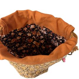 Sokkenbrei pakketje, bestaande uit projectbag, een streng handgeverfd garen en een steekmarkeerder