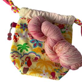 Sokkenbrei pakketje, bestaande uit projectbag, een streng sokkenwol en een steekmarkeerder