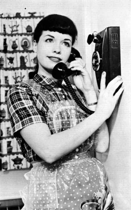 bettie-page-housewife-telephone-photograph.jpg