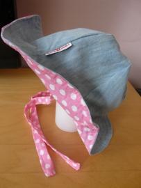 """Hoedje """"spijkerstof en licht roze stip"""" met linten"""