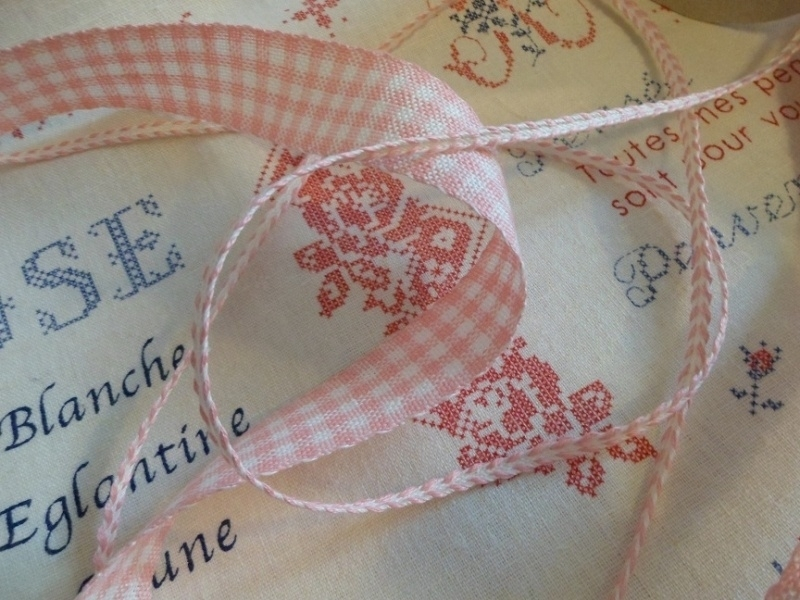 Borduurband linnen Rose/Wit 2,7 cm