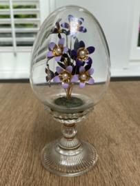 Het huis van Fabergé viooltjes in een ei van mooi kristal