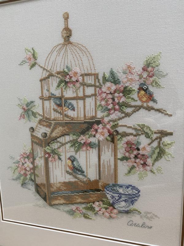 Geborduurd schilderij met vogeltjes