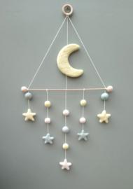 Handgevilten maan lichtgeel