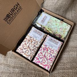 **Nieuw** Brievenbus chocbox melkchocolade (hazelnoot met druppels pure chocolade en Ethiopische koffie) en zachttaaie nougat met groene pistache