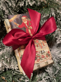 Fairtrade melkchocolade kersttrio (1 reep melkchocolade, 1 reep melkchocolade met stukjes sinaasappel en 1 reep melkchocolade met amandel)