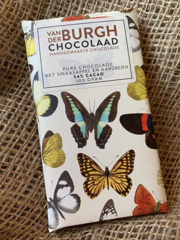 Pure chocolade met aardbeien en stukjes sinaasappel 100 gr fairtrade (54% cacao)