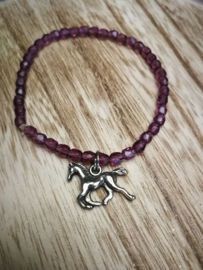 Paard in paars armband