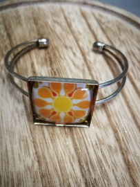 Oranje bloem in zilver
