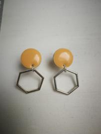 Zalmroze hexagon oorbellen