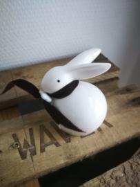 Wit konijn met bruine strik