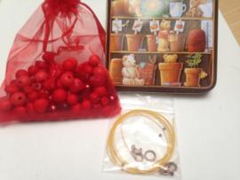 Rode kralen set in blikken geschenkdoos
