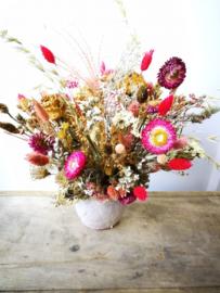 Bloemstuk met droogbloemen met roze accent