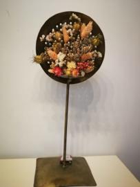 Goudkleurige staander met droogbloemen
