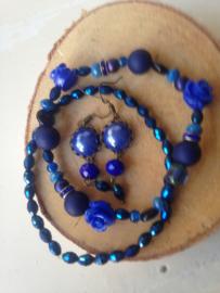 Donkerblauwe set armbanden met bijpassende oorbel
