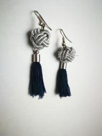 Knoop in blauw en zilver