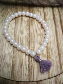 Witte parel met paarse toets