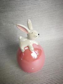 Roze ei met konijn op