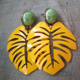 Geel groen monstera blad oorbellen