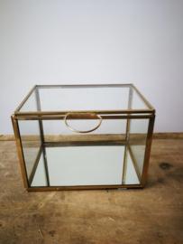 Glazen box met goudkleurige afwerking