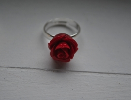 Donker rode roos ring