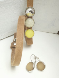 Beige lederen armband set met gele toets