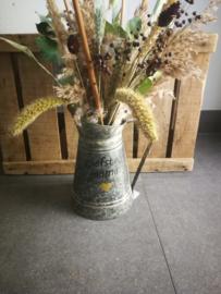 Wildbloemen boeket in zinken gieter
