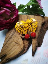 Geel monstera blad met rood accent