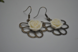 Gewaaierd blad met witte roos
