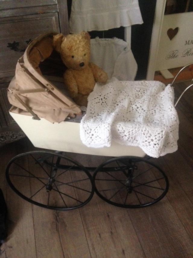 Poppenwagen met antieke beer