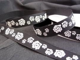 10.06 Zwart lint met witte rozen