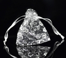 18.03 9x7 witte organza zakjes met zilveren bloemen