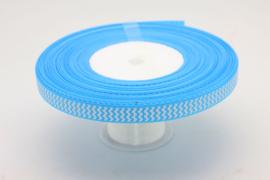 25.10 RESTANT: Licht blauw lint met wit gekartelde opdruk 130cm.