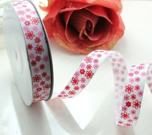10.06 Wit lint met roze en rode bloemen 1,5 cm.