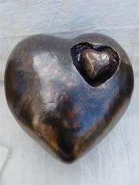 Urn hart bronskleur met los hartje. U 157