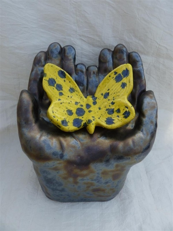 Kinderurn met vlinder. 1