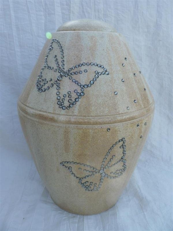 Urn creme met 2 vlinders. U 153