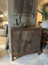 Stoer tweedeurs kastje oud vergrijsd hout