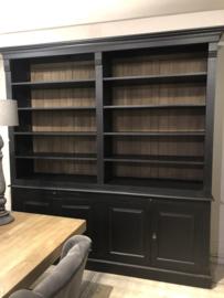 Stoere boekenkast in zwart met teakhouten achterwand