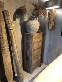 Stoere hoge ladenkast van oud hout