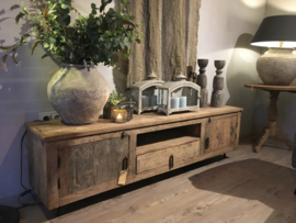 Stoer tvmeubel van oud hout met deurtjes