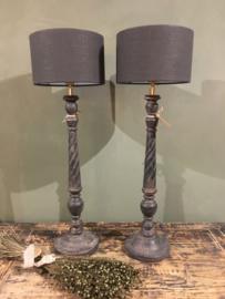 Smal tafellampje van oud vergrijsd hout