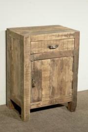 Stoer nachtkastje van oud hout met deurtje