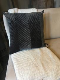 Prachtig velourse kussen antraciet van Knitfactory
