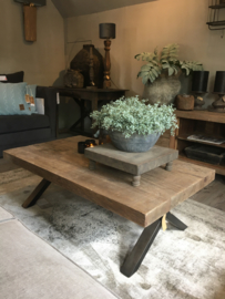 Stoere salontafel van oud teak met staal Nero