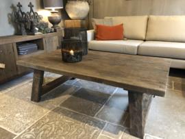 Stoere salontafel van oud hout met A-poot