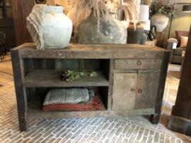 Stoer dressoir van oud doorleefd hout
