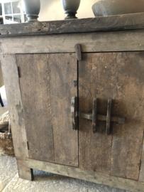 Stoer kastje van oud vergrijsd hout