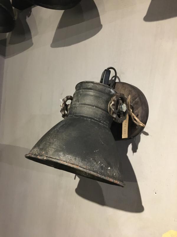Stoere wandlamp spot oud zwart